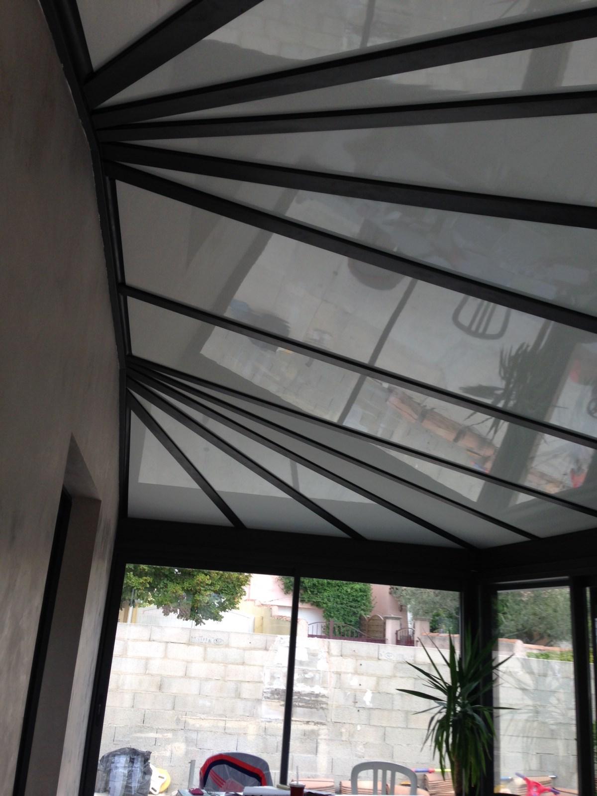 Pose d'une véranda ou pièces à vivre en aluminium avec toiture isolante avec face réfléchissante ...